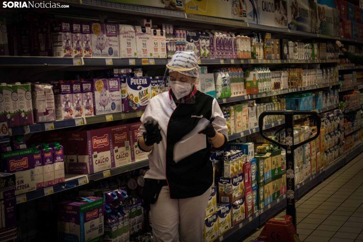 Trabajadora de un supermercado soriano. /Viksar fotografía
