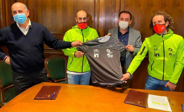 Responsables de la institución y del club tras la rúbrica del acuerdo. /Dip.