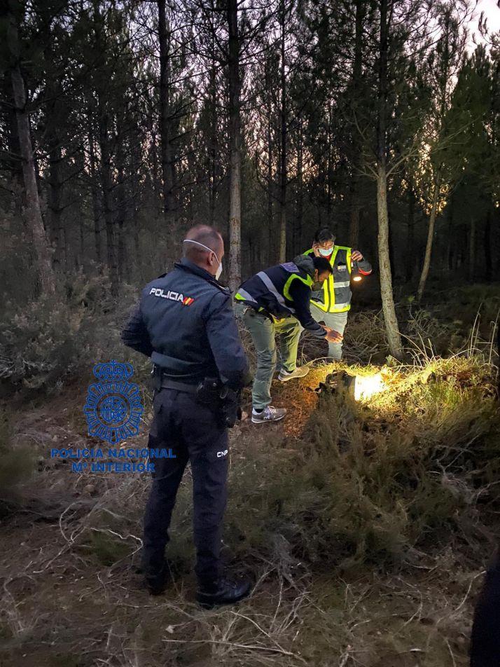 Agentes en el lugar donde fue hallado el proyectil. /CNP