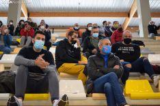 Público viendo este domingo el partido del Balonmano Soria, respetando las medidas de seguridad.