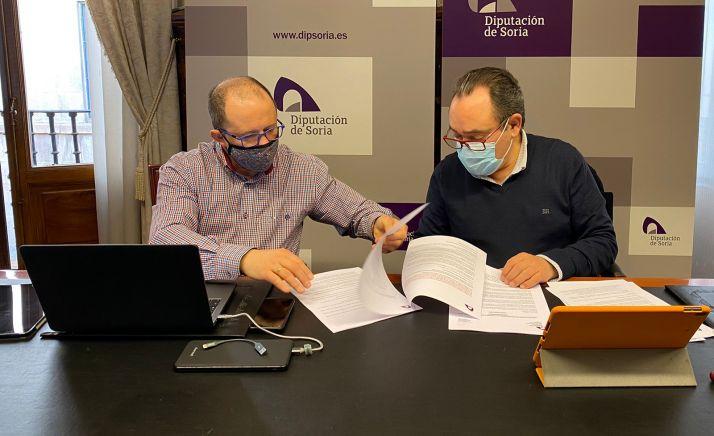 Saturnino de Gregorio (dcha.) junto al técnico de área Sebastián Llorente, durante la comisión informativa. /Dip.