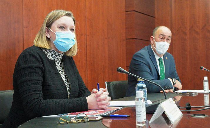 La consejera con el presidente de la Diputación de Segovia durante la presentación del  del informe del Consejo Regional de la Mujer. /Jta.
