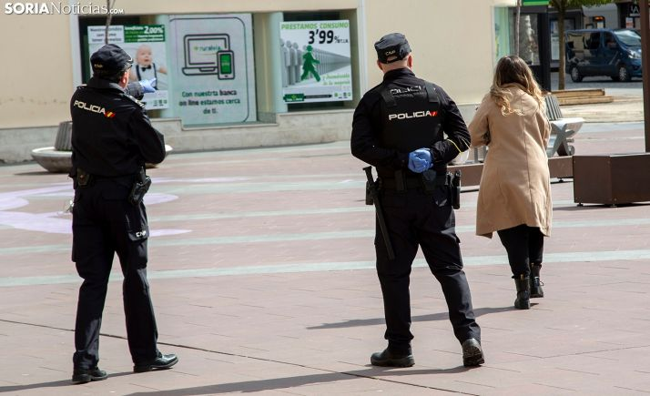 Dos agentes del CNP en labores de vigilancia durante la pandemia. /María Ferrer