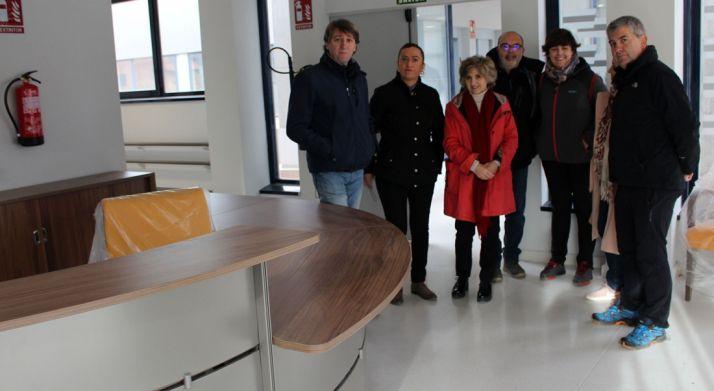 La ministra, en el centro, junto al alcalde de Soria, el subdelegado del Gobierno y varios miembros del PSOE en una visita al centro. /SdG