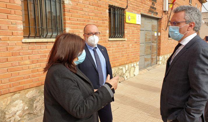 La alcaldesa, junto al subdelegado en Soria y al delegado gubernamental en el exterior del cuartel. /SdG
