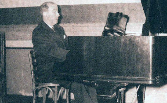El poeta Gerardo Diego en uno de los conciertos que impartió en el Casino.