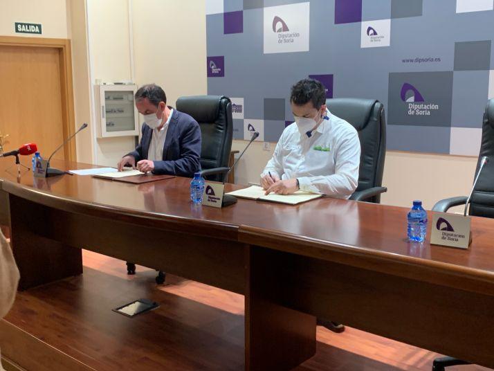Serrano y Cámara suscriben el convenio de colaboración.