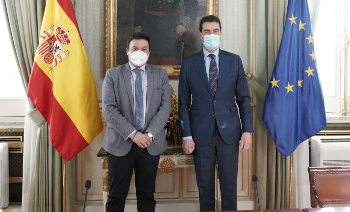 El consejero (dcha.) y el director general de Administración Local. /Jta.