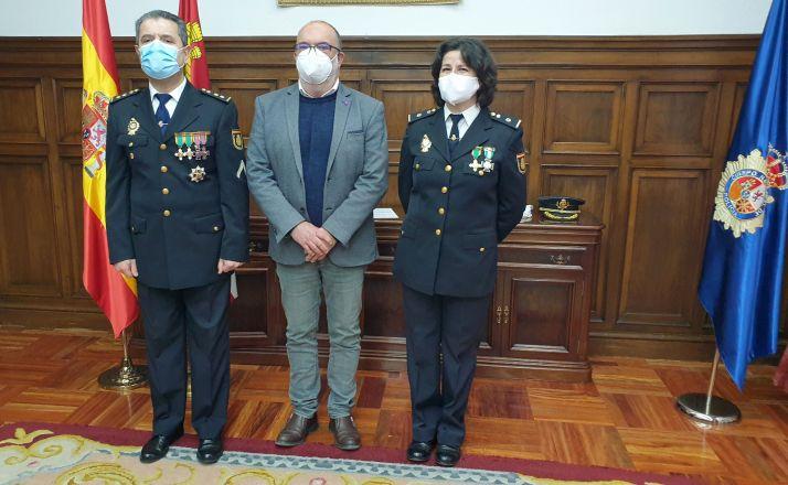 Emilia Pérez junto al delegado (ctro.) y el comisario. /SdG