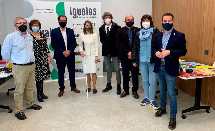 Leire Cayero, en el centro, junto al alcalde, Carlos Martínez (dcha.) y el delegado territorial de la entidad en Castilla y León, Ismael Pérez. /Ayto.