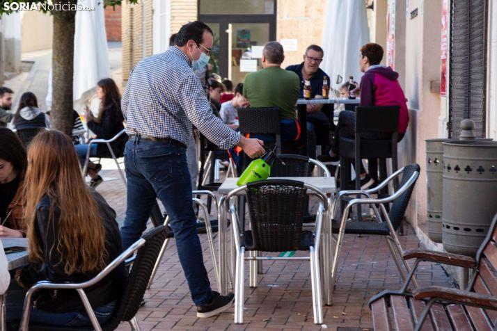 Un camarero higieniza la terraza de un establecimiento hostelero en una imagen de archivo.