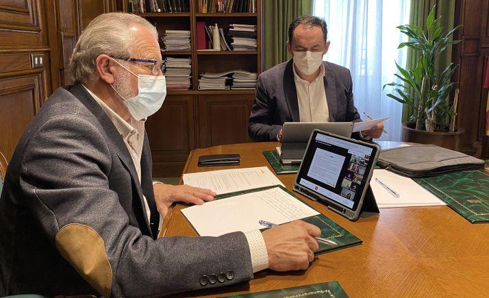 Serrano (izda.) y De Miguel, durante la reunión telemática del patronato que rige los destinos del centro. /Dip.