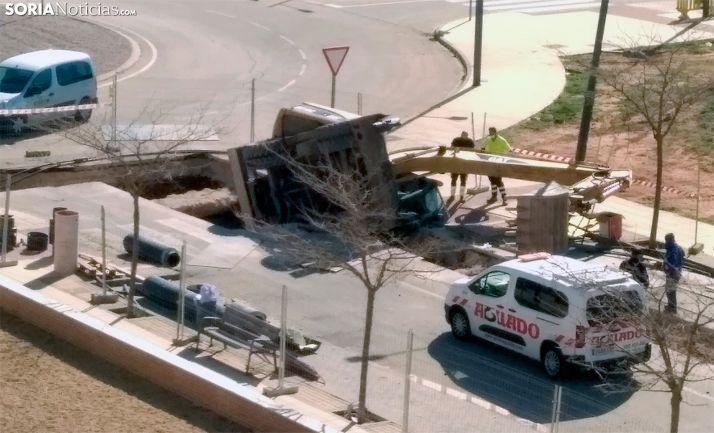 Foto 1 - Accidente de una excavadora en Elio de Nebrija