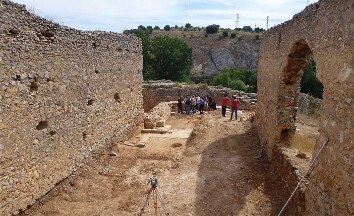 Los muros del templo con el ábside al fondo, adosado a los restos de la muralla.