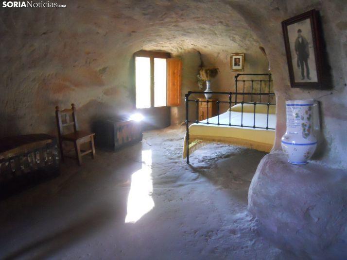 Dormitorio de la casa de piedra de Alcolea del Pinar.