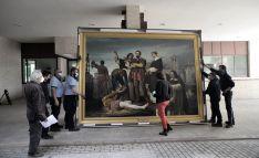 Momento del desembalaje de la obra, en el aparcamiento de la sede de las Cortes de Castilla y León, para facilitar la introducción en el interior del Parlamento.