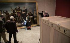 Colocación del cuadro en el emplazamiento de la exposición. Es la primera obra que se coloca en la ubicación de la muestra, que se inaugurará el día 22 de abril.