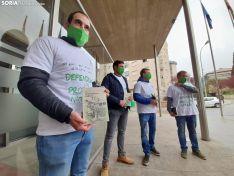 Miembros de ASAJA ante la sede de la Delegación Territorial antes de la entrega del lote de libros. /SN