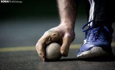 Un jugador recoge una pelota en un frontón. /María Ferrer