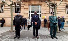 Imagen del minuto de silencio guardado frente a la sede de la Subdelegación del Gobierno en Soria. /SN