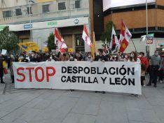 Decenas de jóvenes se concentran en Madrid contra la despoblacion de Castilla y León en su d&iac