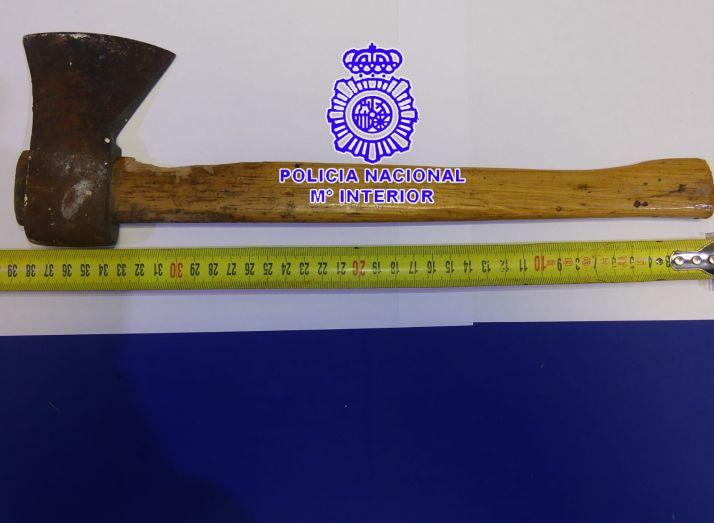 Imagen del hacha que utilizó el presunto agresor./ Foto: Policía Nacional,.