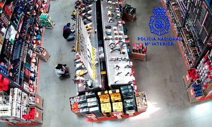 Los presuntos autores captados por las cámaras de seguridad del establecimiento. /DdG