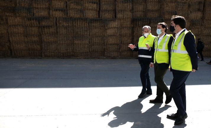 Una imagen de la visita oficial de la Junta a las instalaciones de la cooperativa Cobadú. /Jta.