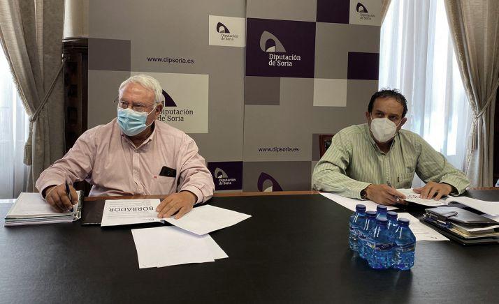 El diputado de área, Raúl Lozano (dcha.), con el técnico de Agricultura, José Luis Calvo. /Dip.