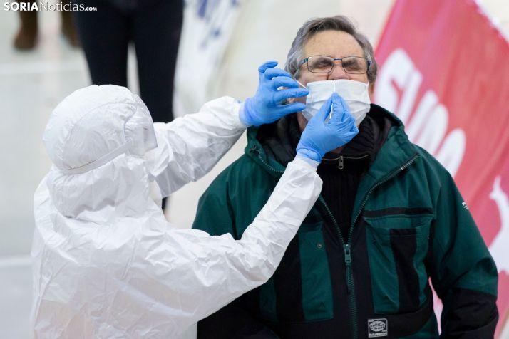 Un soriano se somete a una prueba de detección del coronavirus.