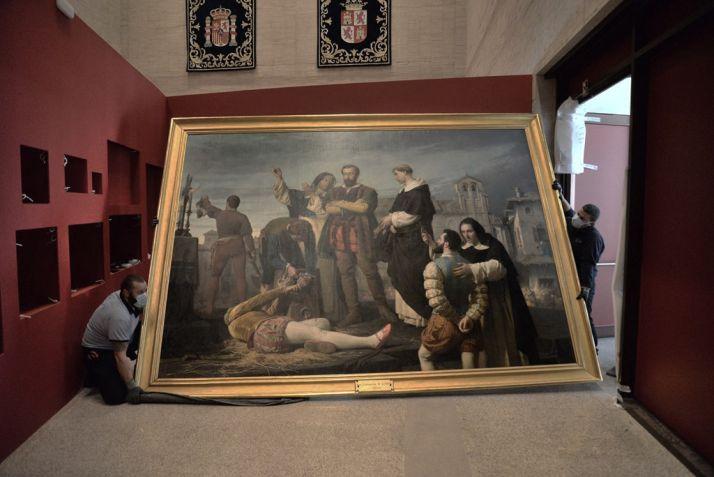 Momento de la introducción en el interior de la sede de las Cortes de la obra de Gisbert.