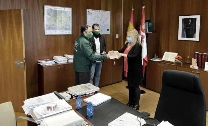 El presidente de la OPA y el autor en la entrega de los libros a la delegada de la Junta, Yolanda de Gregorio.