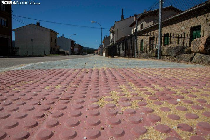 Nueva pavimentación de las aceras de la avenida Regumiel. /María Ferrer