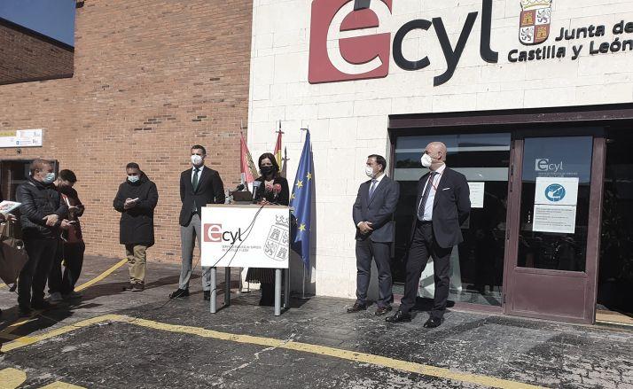 La consejera en su intervención en Salamanca ante la puerta al centro de formación del Ecyl. /Jta.