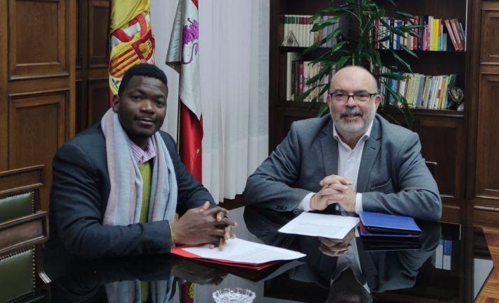 Yiboula Emmanuel junto con el subdelegado del Gobierno en Soria.