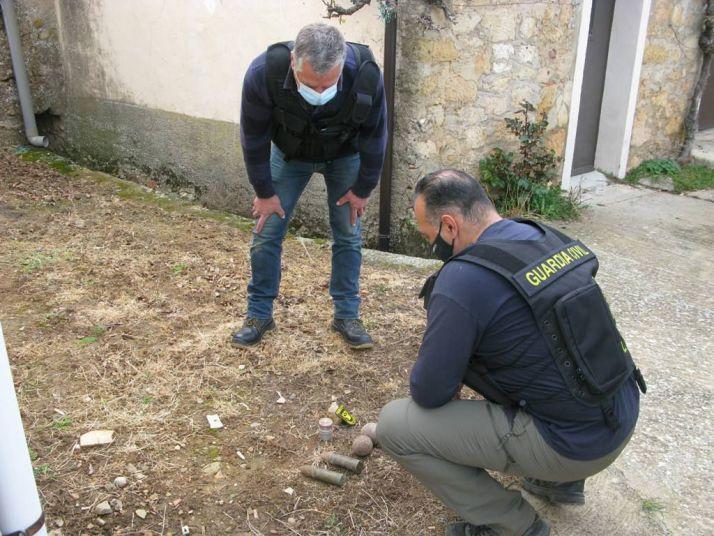 Dos agentes de la Guardia Civil junto a los proyectiles en Viana de Duero.