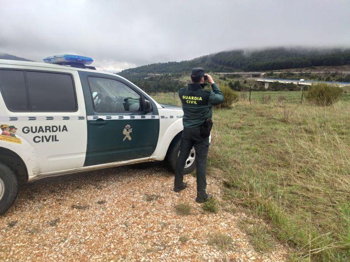 Un Guardia Civil vigila la Reserva Regional de Caza de Urbión.
