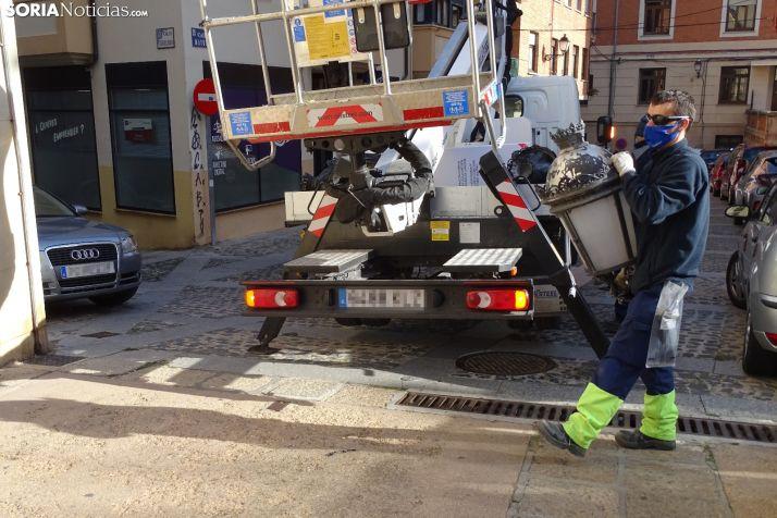 Labores del cambio de elementos en la calle Mayor en noviembre. /SN