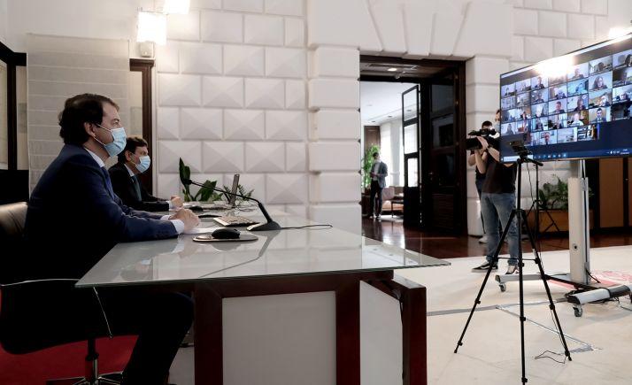 El presidente y el consejero de Economía, durante la reunión online. /Jta.