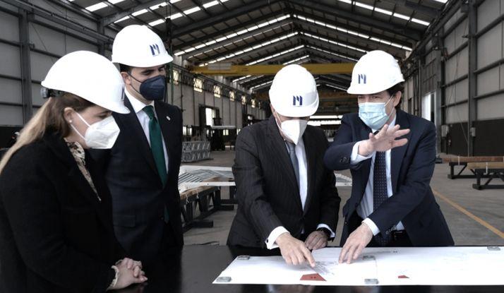 Mañueco, a la derecha, en las instalaciones de la compañía hoy. /Jta.