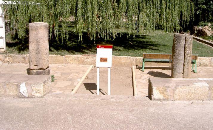Dos miliarios romanos expuestos en Arancón, en una imagen de archivo. /SN