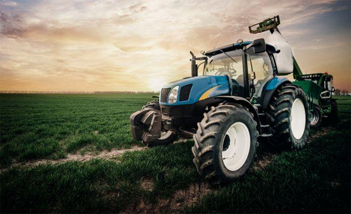 Un tractor trabaja en un campo de la provincia.