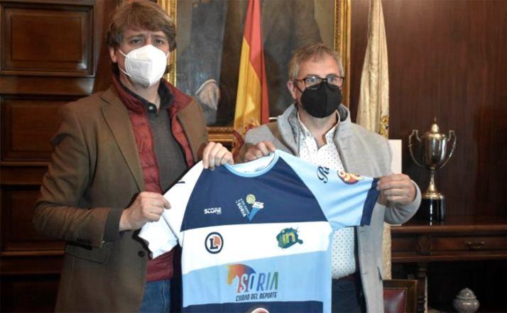 El alcalde (izda.) y el presidente, tras la firma del acuerdo. /Ayto.