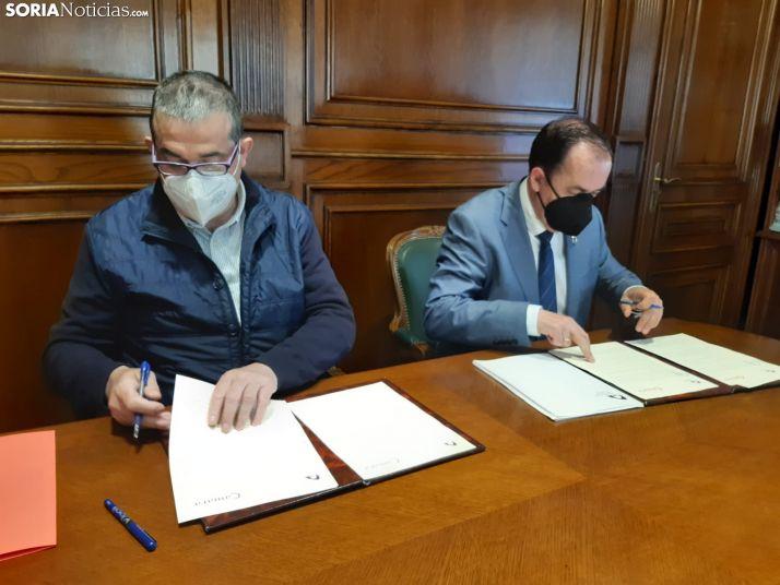 Santamaría y Serrano suscriben el convenio.