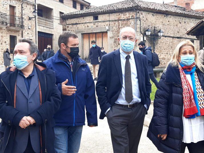 Francisco Igea durante la visita a Molinos de Duero.