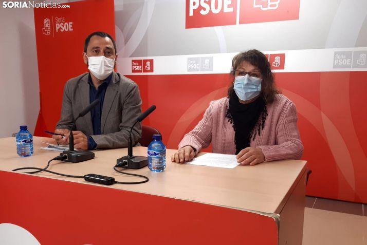 Javier Muñoz y Celia Nájera en la sede del PSOE de Soria.