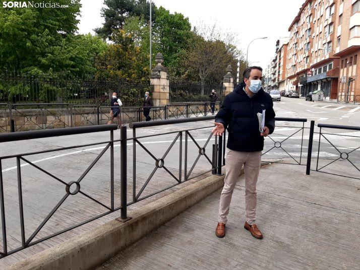 Ignacio Soria junto a la polémica salida del parking en el alto del Espolón.