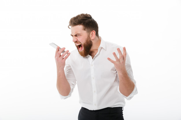 Un hombre chilla a un teléfono en una imagen de archivo. Los empresarios sorainos podrían no coincidir con el de la imágen.