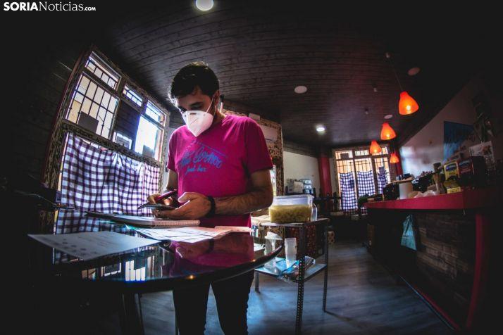 Un pequeño empresario soriano hace cuentas en su bar en una imágen de archivo.