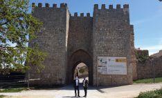 El alcalde (dcha.) y el subdelegado frente a una de las puertas de la muralla. /SdG